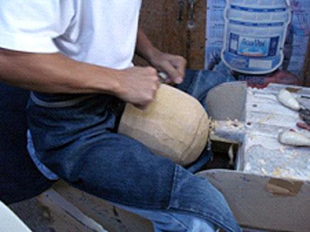 カツラの土台を作っています。 送られた型紙を基に工場の専門大工職が木を削っています。現在自然保護法が厳しくなり石膏型、ウレタン型で作るときもあります。