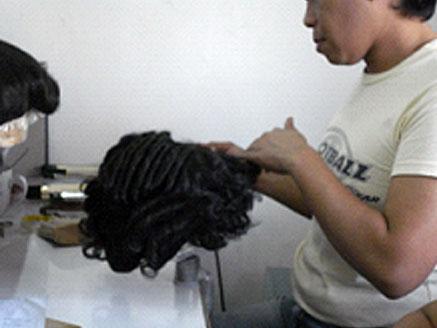 最終仕上げです。 指定された髪型、長さ、カールにスタイリング後、工場検品。