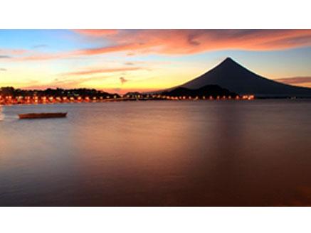 カツラ業界参入後、フィリピン、ルソン島ビコール地方でカツラ工場を設立しました。  ビコール地方に「アルバイ湾」(英語名ALBAY BAY)という場所がありました。このアルバイ湾から製品を輸出するためこの名前をつけたと言われています。  台風の発生場所としても有名でアルバイ湾で発生した台風が北上して日本に上陸するのが例年のコースです。
