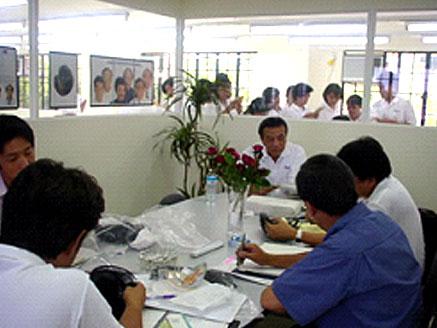 マニラ近郊、第二工場にて製品ミーティング 現地の製品担当を交えながら新しいモデルを開発。